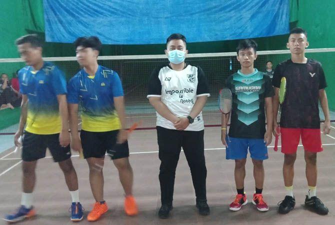 PUKUL: Pemain ganda putra saat tampil Porkab di gedung Satelit Nusantara Desa Tinggar Kecamatan Bandarkedungmulyo (6/9).