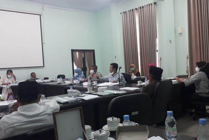 SERIUS: Komisi A DPRD Jombang mendengarkan penjelasan pengisian KDAW.