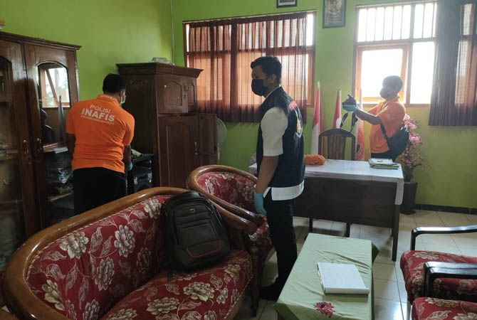 OLAH TKP: Tim identifikasi Polres Jombang melakukan olah TKP di SDN Podoroto.