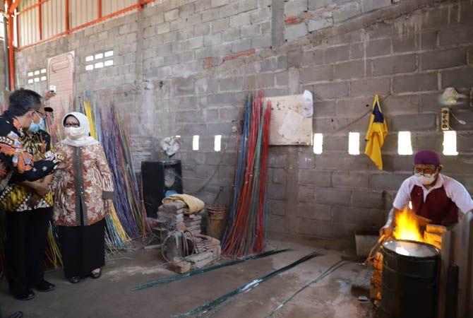 CEK GALERI: Bupati Hj Mundjidah Wahab berjalan di tengah kerajinan manik-manik Plumbon Gambang Gudo yang dipajang Kamis (16/9).