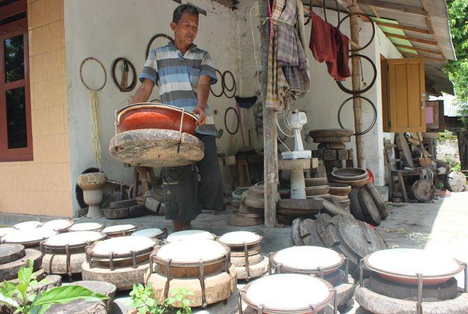 PRODUK UNGGULAN: Muhibbin tengah menjemur rebana-rebana hasil kerajinan tangannya agar kualitas suara yang dihasilkan lebih nyaring.