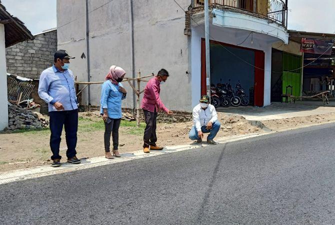 TAK MEREKAR: Komisi C melihat kualitas pembangunan Jl Raya Jogoroto, kemarin.