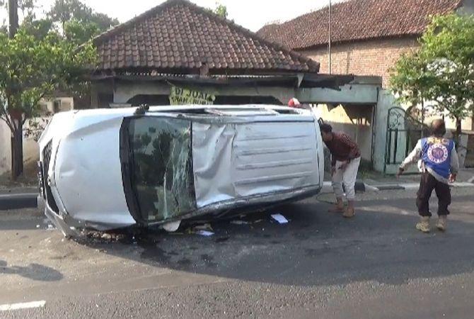 RINGSEK: Mobil ini terguling hingga ringsek setelah terlibat kecelakaan di Mojoagung, pagi kemarin.