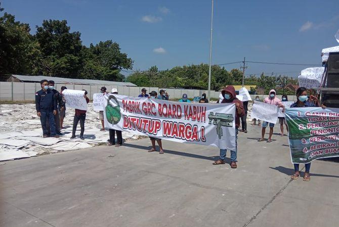 """UNJUK RASA: Perwakilan warga tiga desa saat melakukan protes aktivitas PT Bangun Pertama Adhitama Sentra """"GRC Board"""" Kabuh pertengahan April lalu."""