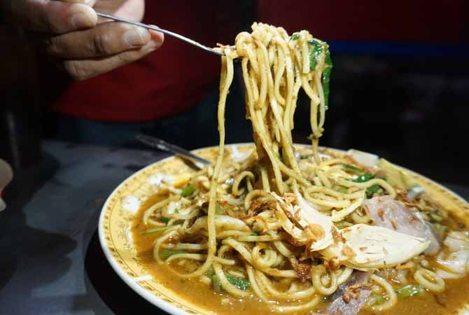 GURIH: Mie goreng ala warung Jula Juli dilengkapi daging ayam jago dan bumbu olahan sehingga menjadikan rasa gurihnya semakin nendang.