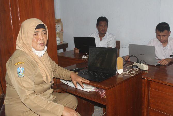 TEGAR: Ida Qoryati saat mengajar siswa tunanetra di SLB Negeri Jombang, kemarin.