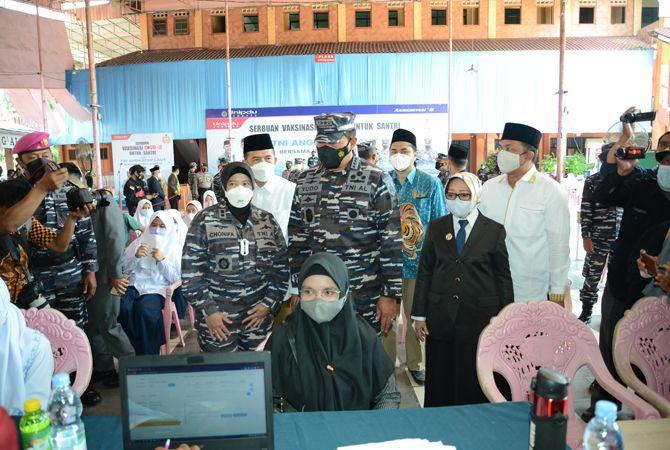PANTAU: KSAL Laksamana TNI Yudo Margono didampingi Bupati Mundjidah Wahab memantau pelaksanaan vaksinasi kemarin.