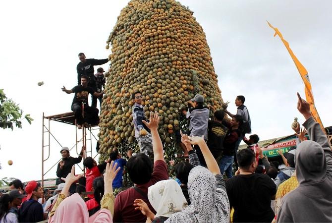 KENDURI MASAL: Ratusan pengunjung mengikuti acara penutup bursa buah dengan bancakan tumpeng nanas raksasa di areal parkir dekat gerbang masuk kawasan wisata Gunung Kelud, Desa Sugihwaras, Ngancar, kemarin.