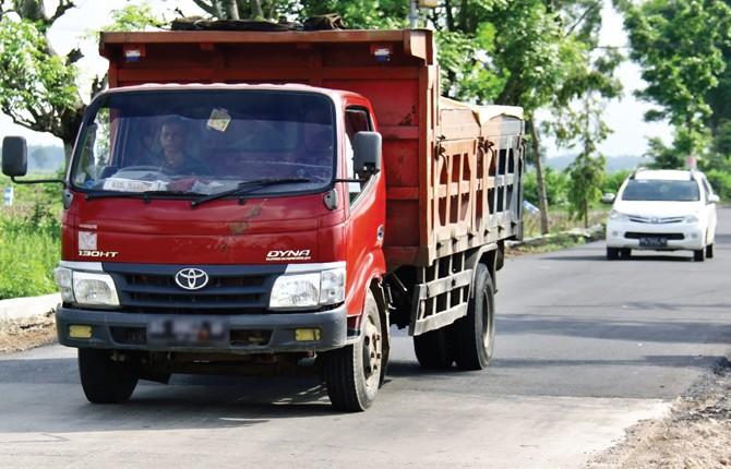 JALUR PENTING: Truk pengangkut aspal melintasi jalan Sukomoro-Pace, kemarin. Sejak dibuka seminggu lalu jalan tersebut kembali dipadati kendaraan.