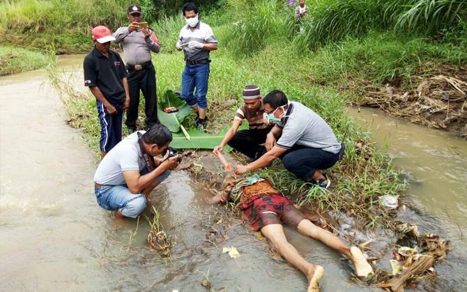 KORBAN KECELAKAAN: Jasad Saikem yang ditemukan tergeletak di tepi Sungai Widas, Kecamatan Wilangan.