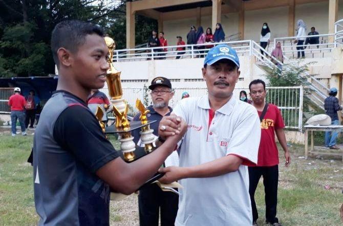 JAWARA: Kacabdisdik Provinsi Jatim Wilayah Nganjuk Adi Prayitno menyerahkan piala kepada kesebelasan SMKN 1 Nganjuk yang jadi juara Liga Pelajar.