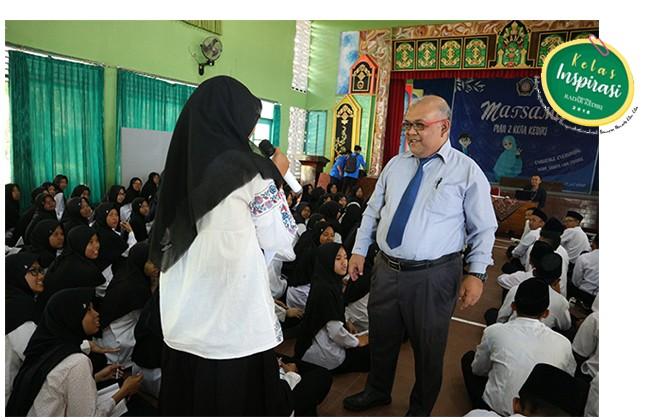 ANTUSIAS: Siswa MAN 2Kota Kediri mengajukan pertanyaan kepada Djoko Raharto dalam Kelas Inspirasi JPRK.