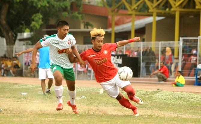 MENANG: Pemain Persedikab Ismail Soleh berusaha melewati hadangan pemain Persiga, kemarin.