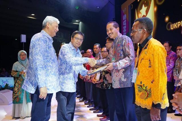 BUKTI KOMITMEN: Budwi Sunu (kanan) saat menerima Procurement Award 2018.