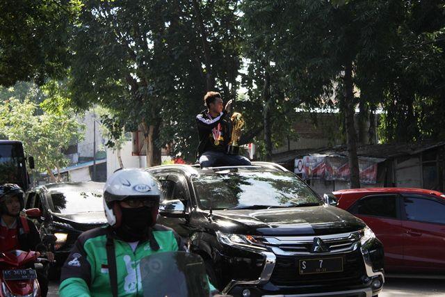 BANGGA : Galih Akbar, kapten Persik, saat tiba di Kediri dari Cilacap 31 Desember 2018.
