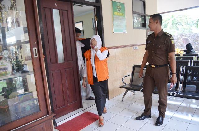 MALU: Ririn berjalan keluar ruangan usai menjalani sidang di PN Kabupaten Kediri kemarin.