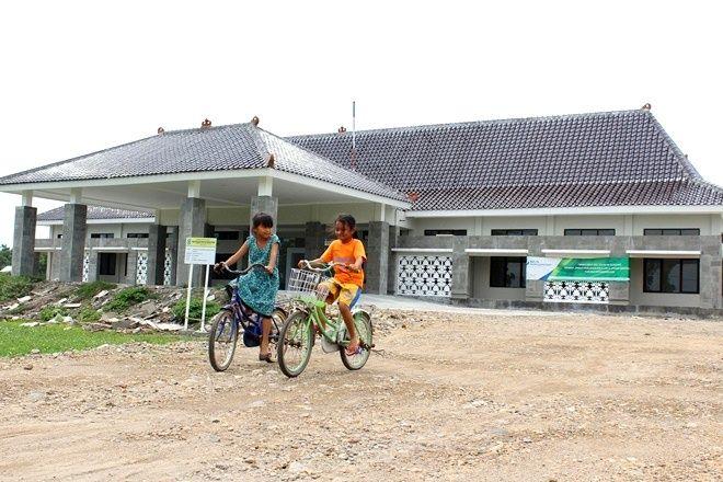 SIAP DITEMPATI: Gedung OPD di Kelurahan Werungotok yang tuntas dibangun akhir 2018 lalu belum dilengkapi pagar keliling. Penempatan gedung masih menunggu pengecekan Bupati Novi Rahman Hidhayat.