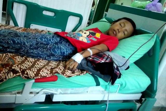 TETAP SEMANGAT: Vina saat menjalani transfusi darah dengan didampingi tim MSR-ACT.