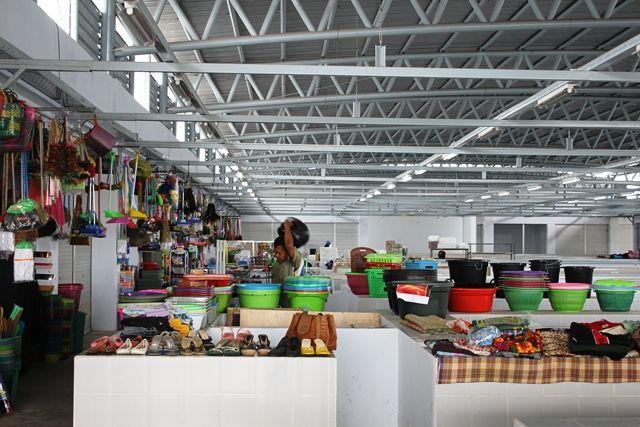 SEPI: Suasana lantai 2 Pasar Setonobetek masih sepi pengunjung. Beberapa lapak dan kios pedagang juga belum digunakan oleh pemiliknya.
