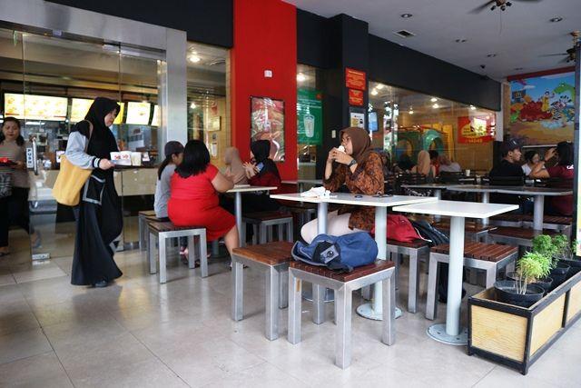 RAMAI : Salah satu outlet makanan cepat saji di Kota Kediri.