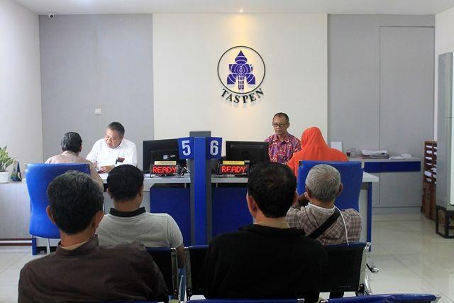 JAMINAN SOSIAL: Suasana pelayanan di PT TASPEN Cabang Kediri. PT Taspen memberi jamsos bagi PPPK dan pegawai honorer.