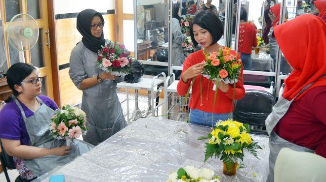 TALENTA: Henggar merangkai bunga di hadapan anak didiknya di kelas kursus miliknya.