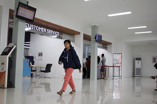 TENANG: Calon penumpang kereta api melintas di dekat loket Stasiun Kota Kediri kemarin. Pihak PT KAI sudah membuka pemesanan tiket untuk Lebaran sejak kemarin.