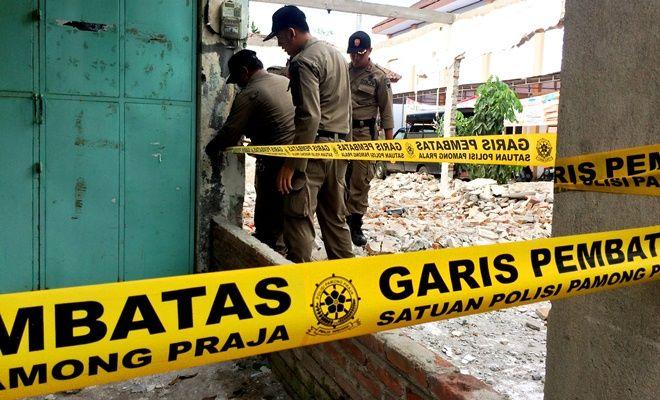 TEGAS: Petugas Satpol PP Kota Kediri menyegel salah satu bangunan ruko yang telah dibongkar karena melanggar perjanjian dengan pemkot di Kelurahan Pojok, Kecamatan Mojoroto, kemarin.