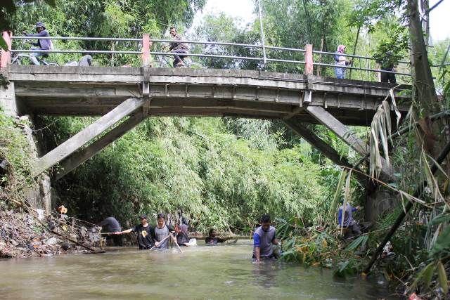 AGAR BERSIH: Aktivis peduli Kali Serinjing melakukan kegiatan bersih-bersih sungai. Sampah mulai menjadi penghambat aliran air sungai bersejarah ini.
