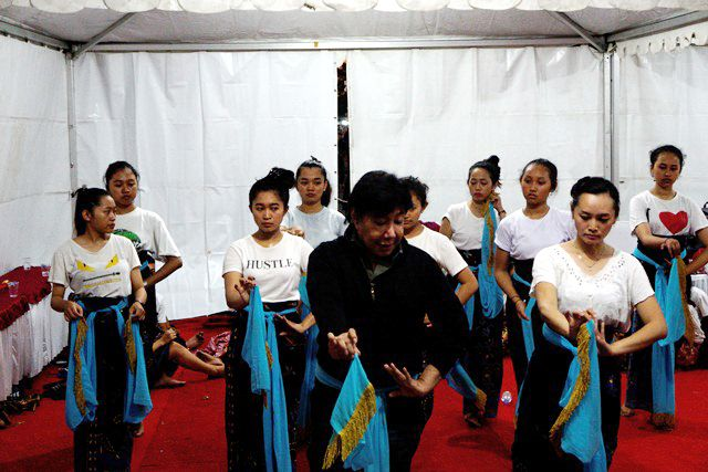 TINGKATKAN KUANTITAS: Guruh Soekarnoputra saat melatih 52 pelajar menari jelang tampil dalam Pergelaran Cinta Seni di SLG, Ngasem.