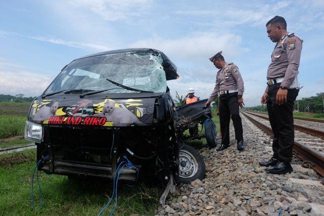 OLAH TKP: Kanit Laka Satlantas Ipda Sugino (dua dari kanan) mengecek kondisi pikap yang tertabrak KA Brantas di Desa Bungur, Sukomoro, kemarin. Akibat kecelakaan tersebut, sopir mobil tewas di tempat kejadian.