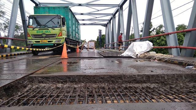 SATU JALUR: Kendaraan melintas bergantian dari arah Kediri atau Tulungagung di atas Jembatan Kras yang dibongkar lagi untuk dicor, Minggu (12/1).
