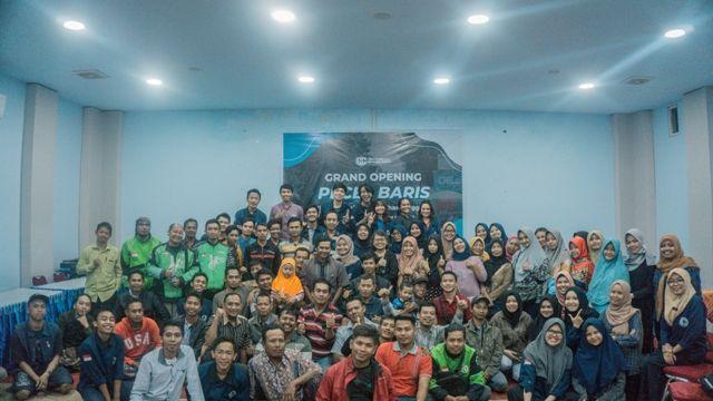 SEMANGAT: Ratusan peserta PECEL BARIS foto bersama setelah launching program di Global English.
