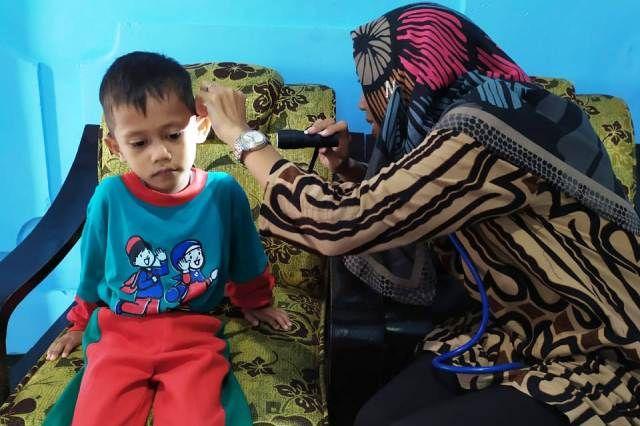 PEDULI KESEHATAN - Komite TKIT Bina Insani saat melakukan monitoring kesehatan siswanya salah satunya telinga