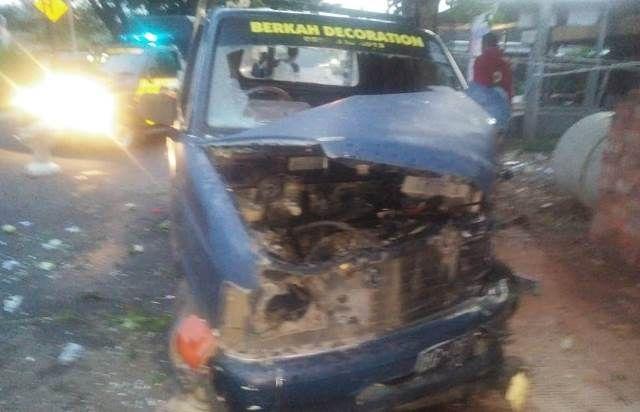 RINGSEK: Mobil Chevrolet pikap yang menabrak pohon di Jl Raya Sambirobyong, Kayenkidul (22/3)