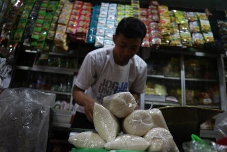 TERUS NAIK: Gula pasir di salah satu kios pedagang Pasar Setonobetek, Kota Kediri.