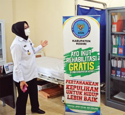 PEDULI: Kepala BNN Kabupaten Kediri AKBP Lilik Dewi Indarwati menunjukkan ruangan untuk menangani penyalahguna narkoba di kantornya kemarin.