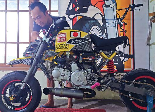 KREATIF: Andre membenahi sepeda motor monkey yang berada di bengkel rumahnya, Desa Jagung, Kecamatan Pagu.