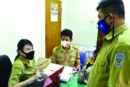 KOORDINASI: Petugas sekretariat membahas rencana tes lanjutan yang berlangsung di BKD Provinsi Jatim.