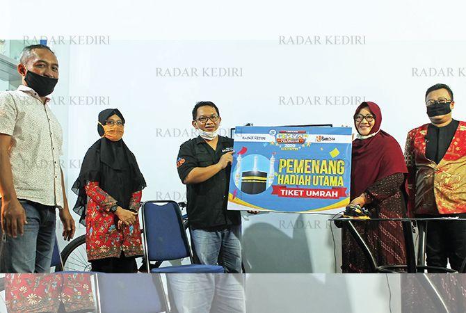 SIMBOLIS: Direktur JPRK Tauhid Wijaya (tengah) dan Owner Rameyza Siti Maslihah menunjukkan hadiah utama Gebyar Pelanggan disaksikan notaris dan kepolisian.