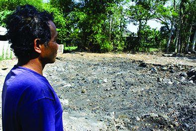 LEGA: Nihan Dwi Martani menunjukkan pekarangannya yang kemarin sudah bersih dari limbah abu slag aluminium.