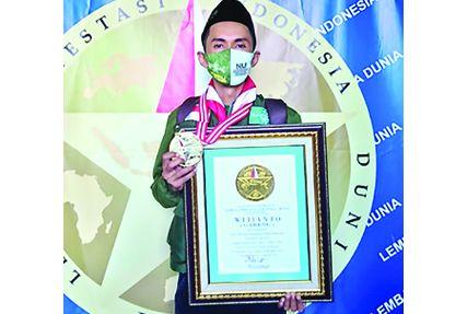 APRESIASI: Wijianto, ODHA asal Nganjuk menunjukkan piagam dan medali yang didapat dari Leprid Semarang 7 September lalu.