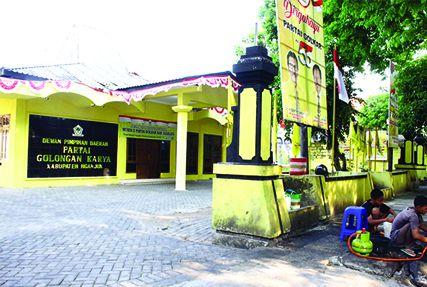 SEPI: Kantor DPD Golkar Nganjuk di Jl Diponegoro tidak ada aktivitas. Hanya ada dua PKL yang sedang menyiapkan lapaknya di depan kantor.