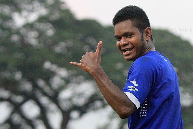 PUTRA PAPUA: Ronaldo Rubener Wanma merayakan gol saat uji coba melawan PSHW Jatim.
