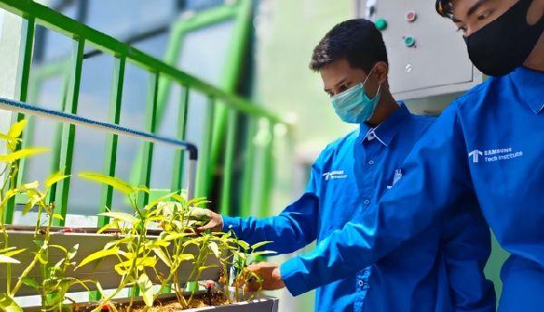 INNOVATIF: Nicola mencoba smart irrigation system hasil karya bersama temantemannya.