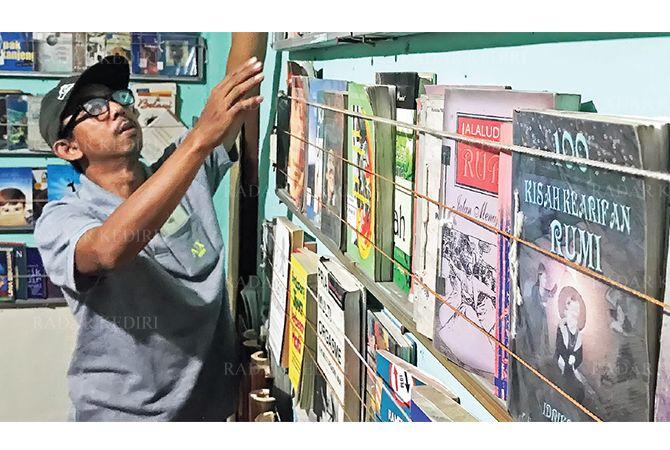 JIWA SOSIAL: Haryono menata koleksi buku di Taman Baca Jannah miliknya yang berada di Kelurahan Setonopande, Kecamatan Kota.