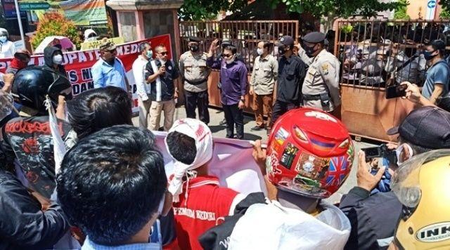 SAMPAIKAN ASPIRASI: Pengunjuk rasa mendatangi Kantor KPU Kabupaten Kediri kemarin.