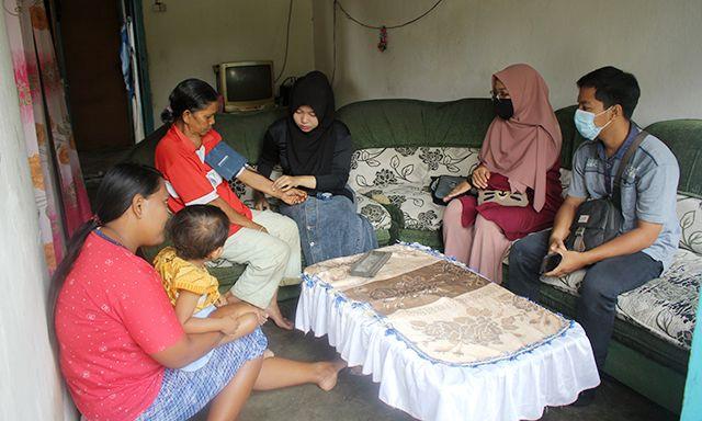 Mereka juga memberi pelayanan kesehatan kepada masyarakat selama melaksanakan pengabdian. Kegiatan itu dilaksanakan Relawan Fajar Berkemas selama sebulan.