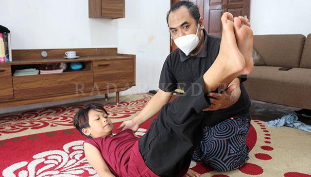 GERAKAN TARI : Bagus melakukan terapi pada seorang anak dengan menggunakan gerakan-gerakan tari.