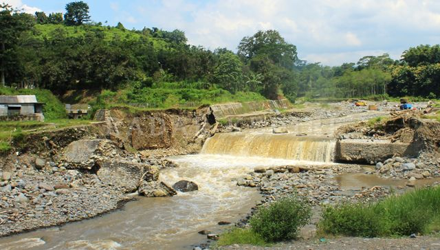 RAWAN: Jembatan di Sungai Konto yang hancur karena diterjang banjir tujuh tahun lalu.   Mengulik Kejayaan Kediri dengan Membedah Teknologi Hidrologinya (5) Kusmala Muncul saat Siman Tak Mampu  Sumber air Sungai Konto tak hanya dari Gunung Kelud. Juga dari